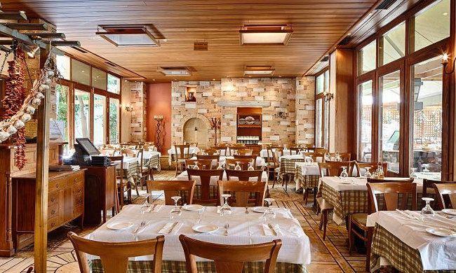"""24€ για ένα γεύμα 2 ατόμων με ελεύθερη επιλογή από τον κατάλογο φαγητού στο """"Hermion Restaurant"""" στην Πλάκα"""