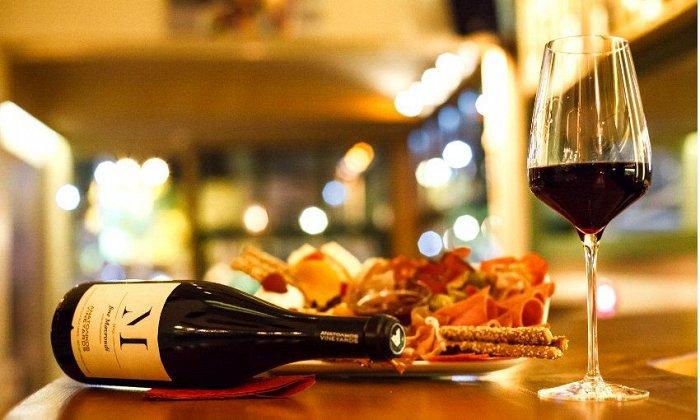 """15€ για οινογνωσία 2 ατόμων με κρασί και πλατό τυριών και αλλαντικών στο """"Vineyard Wine Cocktail Bar"""" στο Χαλάνδρι"""